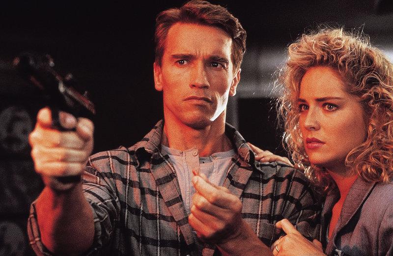 Bauarbeiter Douglas Quaid (Arnold Schwarzenegger) und seine schöne Ehefrau Lori (Sharon Stone). – Bild: PAT/Polsat/Scotia Film