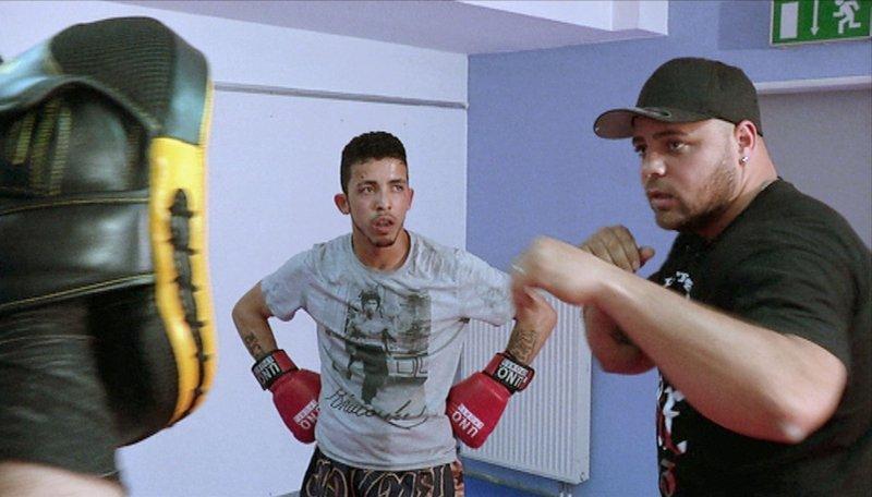 Jugendcoach Mikel (re.) mit Marco vor dem Kickbox-Wettkampf. – Bild: HR