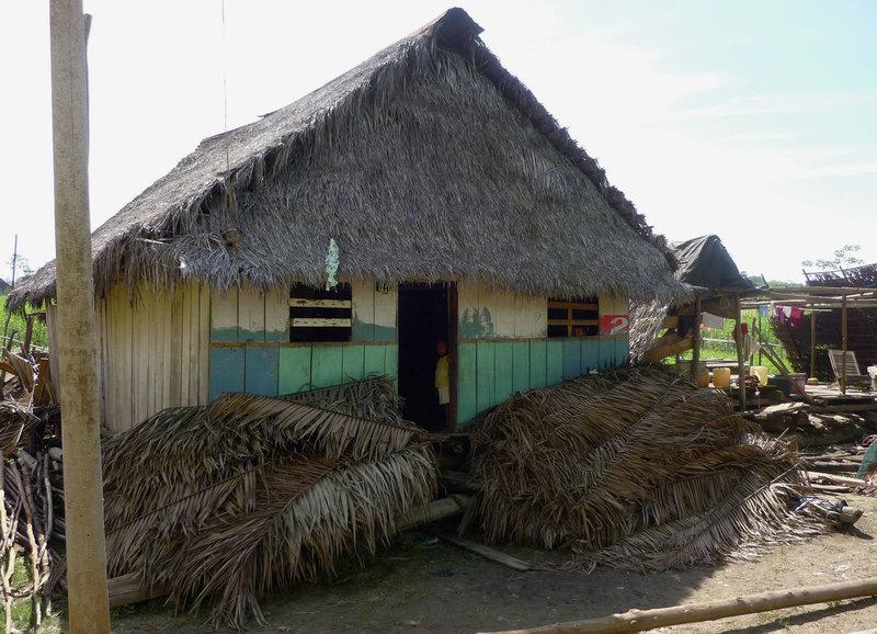 Neue Holzhäuser werden im typischen Stil gebaut – Bild: SRF