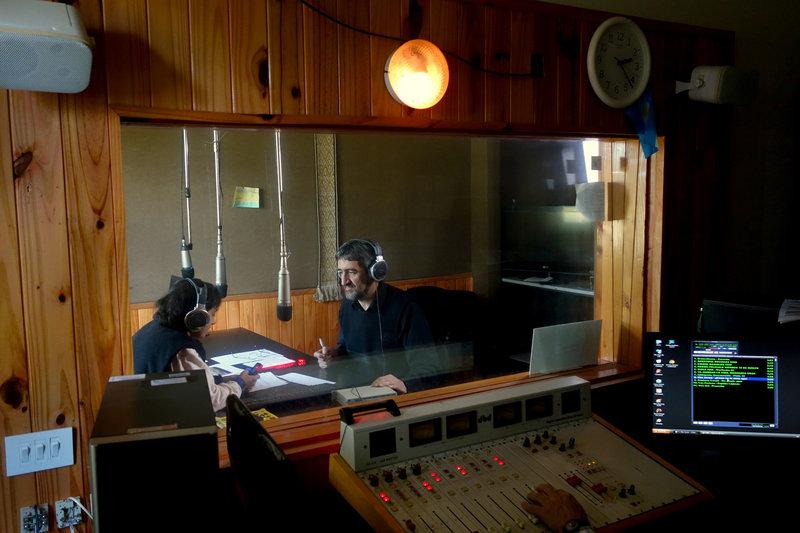 Ruben Lagras ist Moderator des Radio National in Bariloche. Zweimal am Tag verliest er persönliche Mitteilungen und Botschaften von und an Menschen in den entlegenen Regionen Patagoniens. – Bild: arte