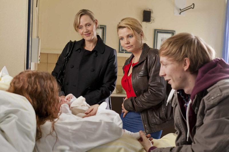 Die 19-jährige Larissa (Isolda Dychauk, l.) hat als Leihmutter das Kind von Familie Zöllner ausgetragen, doch die wollen das Baby plötzlich nicht mehr. Ein Schock für Larissa und ihren Freund (Jakob Bieber, r.), denn beide wollten sich mithilfe des Geldes eine berufliche Existenz aufbauen. Danni (Annette Frier, 2.v.r.) hakt bei Frau Zöllner (Anna Schudt, 2.v.l.) nach und erfährt Überraschendes ... – Bild: WDR