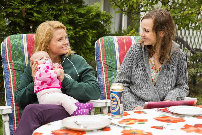 Am Morgen nach der Einweihungsparty erwacht Danni (Annette Frier, l.) neben Pit. Danni kann die Kommentare von Bea (Nadja Becker, r.) und Kurt nur schwer ertragen und flüchtet deshalb in die Einkaufspassage ... – Bild: Sat.1 Emotions