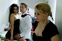 Kein guter Tag für Danni, denn ein Schock jagt den nächsten: Danni (Annette Frier, r.), Oliver (Jan Sosniok, M.) und Elli (Sanam Afrashteh, l.) ... – Bild: SAT.1