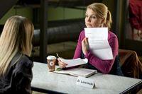 Ein neuer Fall wartet auf Danni (Annette Frier, r.), doch kann sie ihrer Mandantin Anne (Jasmin Schwiers, l.) wirklich helfen? – Bild: SAT.1 Eigenproduktionsbild frei