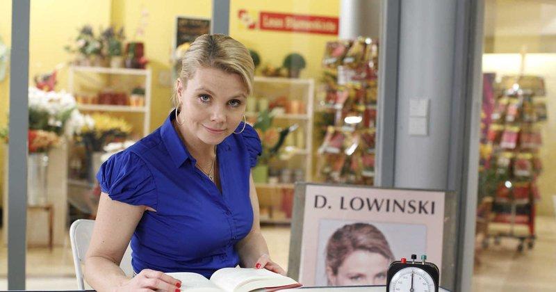 (4. Staffel) - Danni Lowinski (Annette Frier) ist die ungewöhnlichste Rechtsanwältin von Köln. Statt in einer Anwaltskanzlei empfängt die gelernte Friseurin ihre Mandanten an einem Klapptisch in einer Einkaufspassage ... – Bild: Sat.1 Emotions