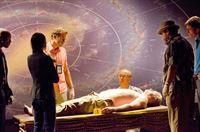 """""""Dexter"""", """"Die Schalen des Zorns."""" Dexter hat Travis, den abtrünnigen Komplizen des 'Doomsday-Killers' Professor Gellar, gerettet. Gemeinsam wollen die beiden Gellar finden und töten. Sie vermuten, dass Gellar als nächstes Opfer, den kirchenkritischen Evolutionsbiologen Trent Casey vorgesehen hat. Da macht Dexter eine schockierende Entdeckung, die alles in einem neuem Licht erscheinen lässt.Im Bild (v.li.): Billy Brown (Mike Anderson), Jennifer Carpenter (Debra Morgan), Michael C. Hall (Dexter Morgan), C.S. Lee (Vince Masuka), David Zayas (Sgt. Angel Batista), Desmond Harrington (Joey Quinn).   – © ORF eins"""