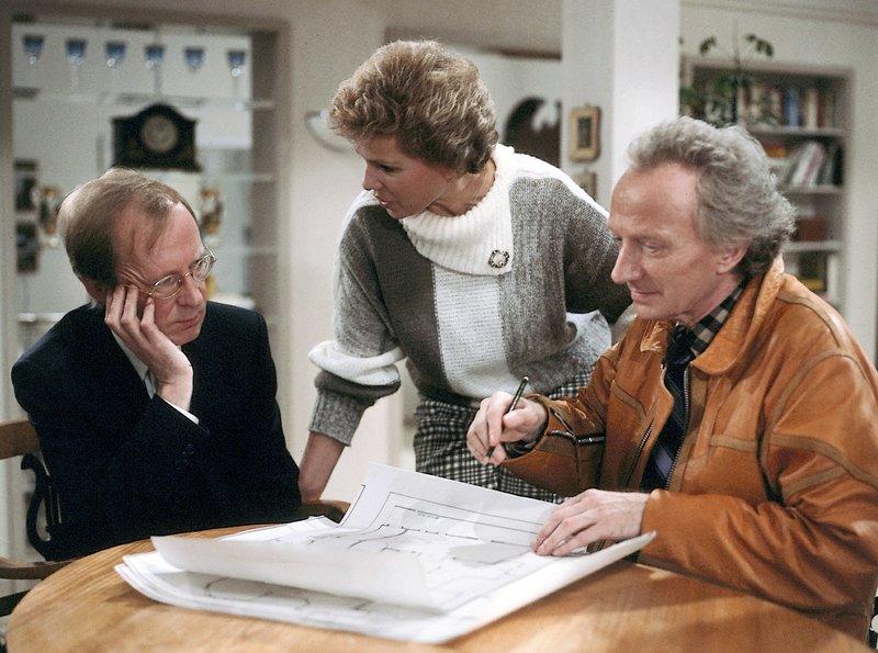 hr-fernsehen DIESE DROMBUSCHS (7), Das kalkulierbare Risiko, Zwölfteilige Fernsehserie, Deutschland 1982 - 1983, am Montag (23.06.14) um 22:35 Uhr. Die Pläne für das neue Haus werden von Siegfried (Hans-Peter Korff, links) und Vera Drombusch (Witta Pohl) unterschiedlich beurteilt - entsprechend der unterschiedlichen Interessenlage. Rechts: Balduin Baas als Herr Kreutzer. – Bild: ZDF