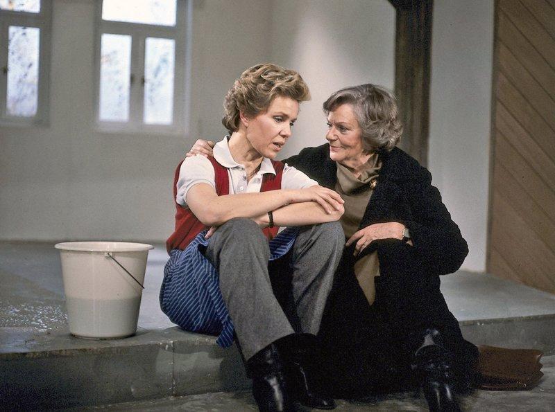 hr-fernsehen DIESE DROMBUSCHS (12), Die Liebe ist Unvernunft, Zwölfteilige Fernsehserie, Deutschland 1982 - 1983, am Montag (04.08.14) um 22:35 Uhr. Oma Drombusch (Grete Wurm, rechts) versucht, Vera (Witta Pohl) zu trösten - Männer sind nun einmal so, meint sie. – Bild: ZDF
