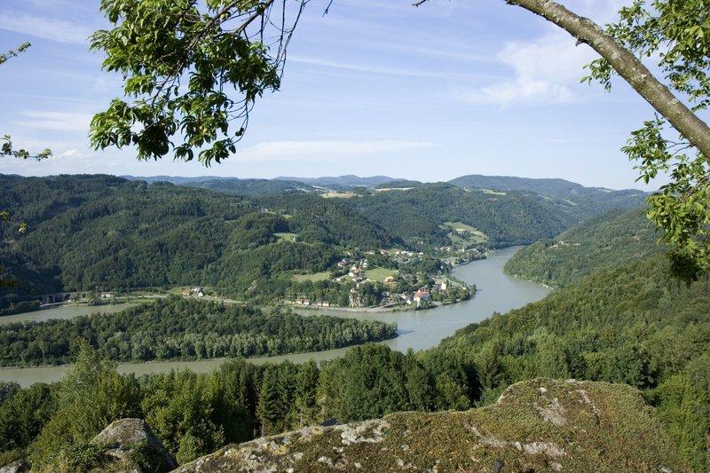Blick auf Grein an der Donau. Wie soll man am Besten die abwechslungsreichen Landschaften des Flusses erkunden? Per Fahrrad oder vielleicht doch lieber per Kreuzfahrschiff? – Bild: Bayerisches Fernsehen