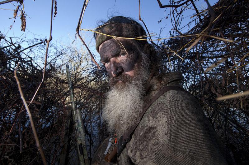 Von der Idee seiner Jagdkumpanen, den Bienenstock zu entwenden, ist der erfahrene Phil (Phil Robertson) wenig begeistert ... – Bild: WDR