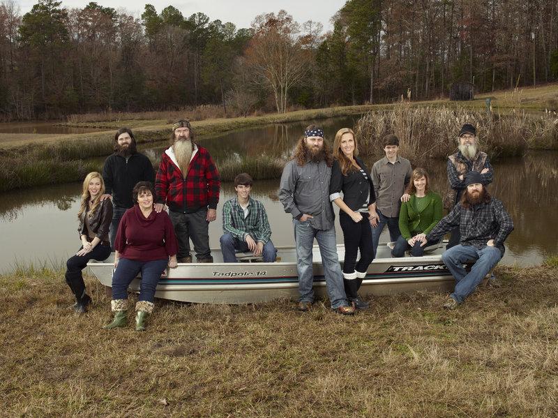 Eine Familie, die zusammenhält: Jessica (Jessica Robertson, l.), Jep (Jep Robertson, 2.v.l.), Kay (Kay Robertson, 3.v.l.), Phil (Phil Robertson, 4.v.l.), John Luke (John Luke Robertson, 5.v.l.), Willie (Willie Robertson, M.), Korie (Korie Robertson, 5.v.r.), Cole (Cole Robertson, 4.v.r.), Missy (Missy Robertson, 3.v.r.), Si (Si Robertson, 2.v.r.), Jase (Jase Robertson, r.), ... – Bild: ProSieben MAXX