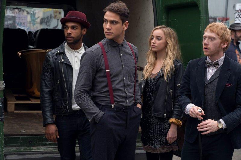 CAST: Lucien Laviscount as Billy 'Fuckin' Ayers, Luke Pasqualino as Albert Hill, Phoebe Dynevor as Lotti Mott, Rupert Grint as Charlie Cavendish. – Bild: MATT SQUIRE/CRACKLE