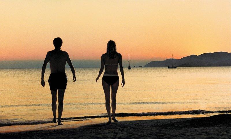 Der Anfang einer Liebesgeschichte: Gillles (Stéphane Freiss – links) und Marion (Valeria Bruni-Tedeschi – rechts) begegnen sich in einem Urlaubshotel in Italien. – Bild: ZDF und Jean-Claude Moireau