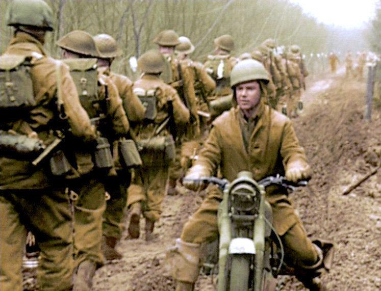 Als das Jahr 1945 begann, waren die Tage des Dritten Reichs bereits gezählt. Im Westen standen die alliierten Streitkräfte kurz vor dem Ufer des Rheins, im Osten näherte sich die Rote Armee. Die drohende sowjetische Invasion verursachte Panik in Nazideutschland. Mehr als 5 Millionen Deutsche flohen aus Angst vor Vergeltungsmaßnahmen der russischen Soldaten. Im Bild: Jänner 1945: Britische Truppen im Vormarsch auf den Rhein, die letzte Verteidigungslinie der Deutschen. – Bild: ARD-alpha