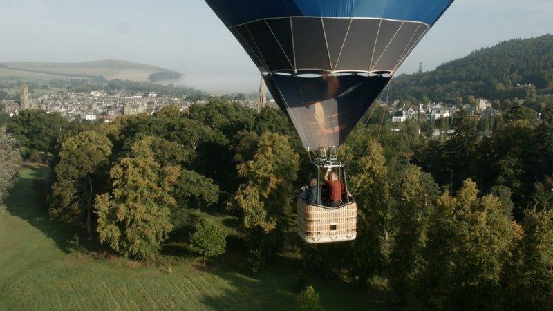 Christine Walkden begibt sich per Heißluftballon auf die Suche nach den schönsten Gärten Großbritanniens: In der schottischen Grenzregion wird Christine bewusst, welche große Rolle die Kunst und die Literatur bei der Gestaltung vieler Gärten spielen. – Bild: RTL Living