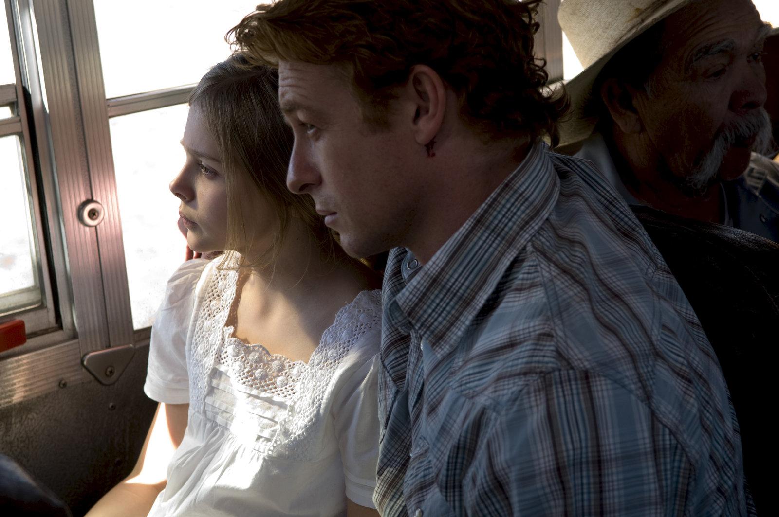 Endlich ist Toby (Cloe Moretz, l.) wieder bei ihrem Vater (Simon Baker). – Bild: ZDF und Colleen Hayes