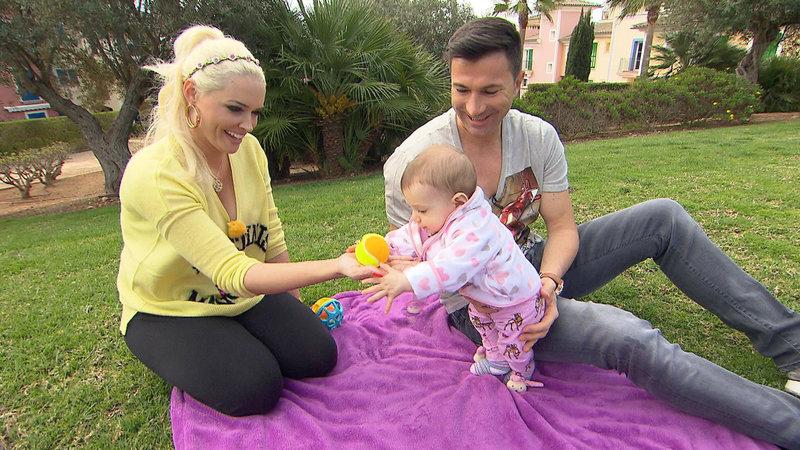 Daniela, Lucas und die kleine Sophia beim Spielen im Garten – Bild: RTL II