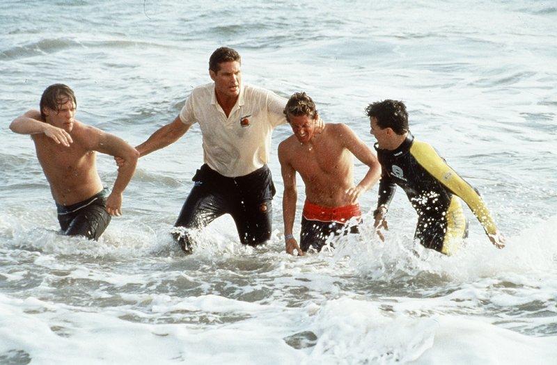 Mit Gewalt müssen Mitch (David Hasselhoff, 2.v.l.) und Hobie (Jeremy Jackson, r.) zwei angetrunkene Jugendliche aus dem Wasser holen. – Bild: Nitro.