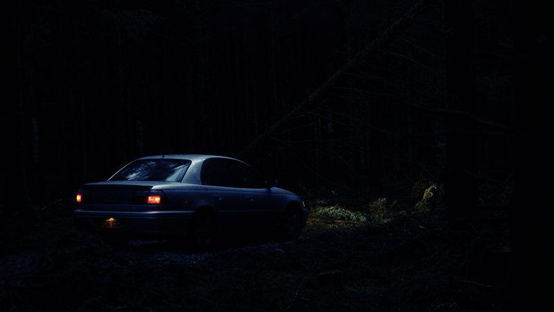 Tom und Lucy sind bis in die Nacht hinein und ohne Orientierung mit dem Auto unterwegs. Aus mysteriösen Gründen fahren sie immer wieder im Kreis und kommen nicht an ihrem Hotel an. – Bild: ZDF und Jules Heath