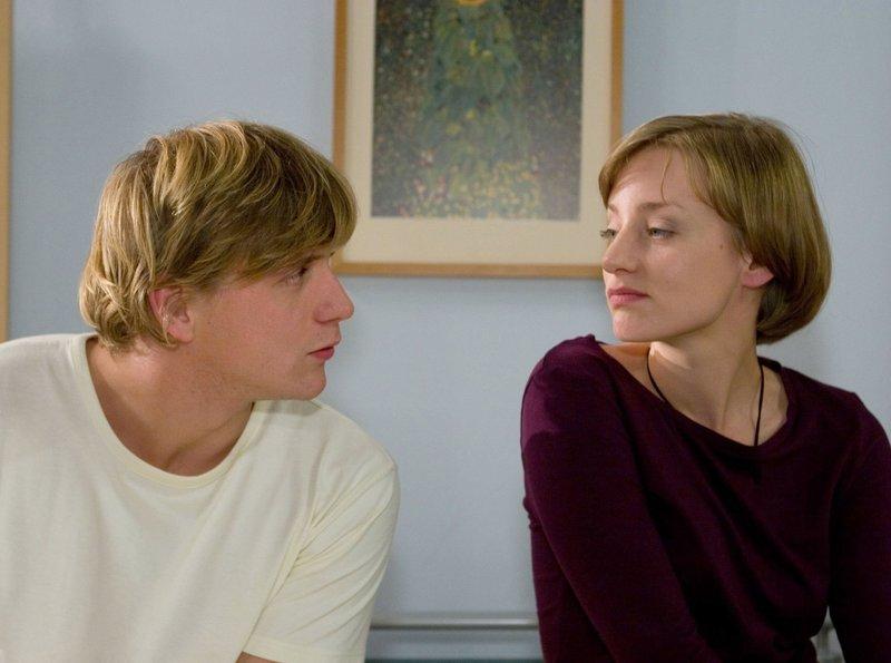 Sebastian Maier (Steve Wrzesniowski) verliebt sich sofort in Tanja Wassmut (Victoria Deutschmann). – Bild: MDR/Krajewski