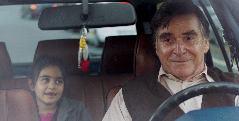 Hayat (Mercan Türkoglu) und Hartmut (Elmar Wepper) freunden sich an. – Bild: BR/Telepool/Majestic/die film gmbh/Kerstin Stelter