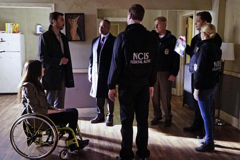 Gemeinsam untersuchen sie den Tod eines Einbrechers, dessen Leiche im Haus eines Marines gefunden wurde: Rafi Ali (Scott Speiser, 2.v.l.), Delilah (Margo Harshman, l.), Vance (Rocky Carroll, 3.v.l.), Gibbs (Mark Harmon, 3.v.r.), McGee (Sean Murray, M.), Bishop (Emily Wickersham, r.) und Tony (Michael Weatherly, 2.v.r.) ... – Bild: Robert Voets / © CBS Television