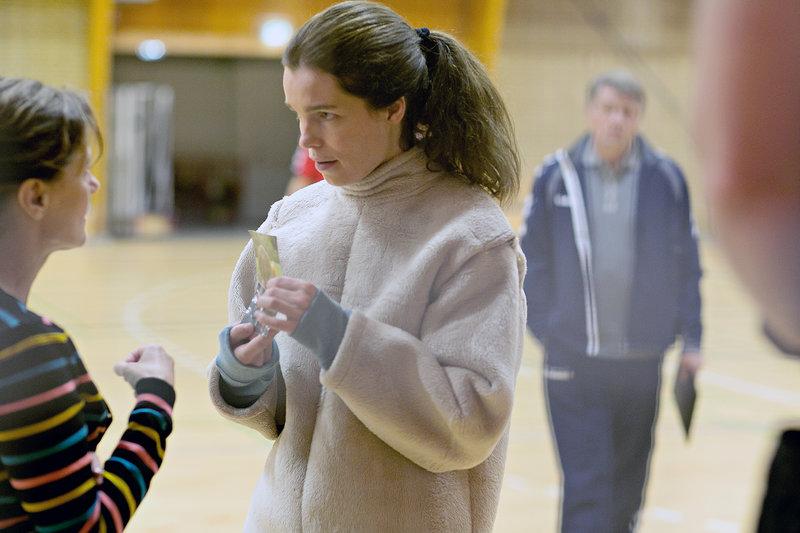 Signe (Marie Bach Hansen, re.) ist empört, dass ihre Mutter Lise (Anette Katzmann, li.) sie seit ihrem dritten Lebensjahr nicht mehr zu ihrer leiblichen Familie lassen wollte. – Bild: arte