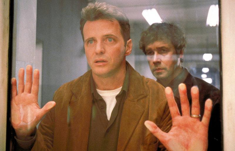 Aidan Quinn (Paul Cooper), Stephen Rea (Dr. Silverman). – Bild: ORF