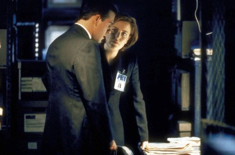 Der junge FBI-Agent Peyton Ritter (Richard Ruccolo, l.) ist Scullys (Gillian Anderson) neuer Partner und hilft ihr bei den Ermittlungen gegen einen vermeintlichen Serienkiller. – Bild: TM + © 2000 Twentieth Century Fox Film Corporation. All Rights Reserved. Lizenzbild frei