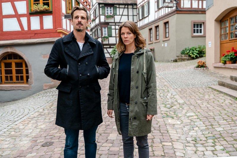 Konrad Diener (Max von Thun, l.) und Maris Bächle (Jessica Schwarz, r.) treffen den Bürgermeister im Rathaus von Klosterbach. – Bild: ZDF und MAOR WAISBURD PHOTOGRAPHY.