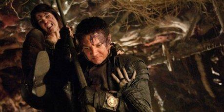 L-R: Gemma Arterton (Gretel) und Hänsel (Jeremy Renner) – Bild: 4+