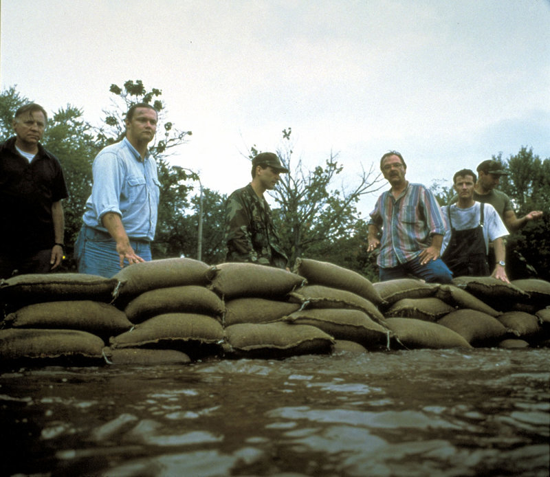 Nach heftigen Regenfällen scheint eine Kleinstadt in Missouri vor den Wassermassen nicht mehr zu retten sein... – Bild: RTL II
