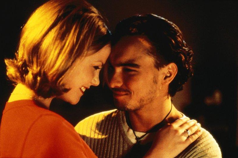 Ist es Valerie (Laura Harris) bewusst, dass Teddy (Johnny Galecki) der gesuchte Mörder sein könnte? – Bild: VOX