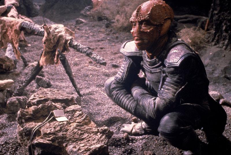 Mithilfe eines Amuletts bringt Jeriba (Louis Gossett Jr.) seinem Freund Willis die Geschichte seines Volkes bei. – Bild: ARTE / © 1985 Twentieth Century Fox/All Rights Reserved