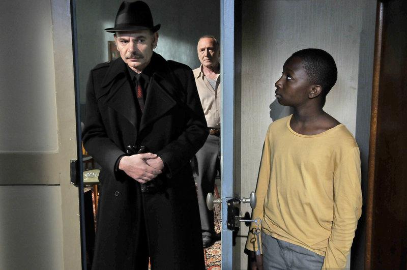 Entdeckt Inspektor Monet (Jean-Pierre Darroussin, l.) den Flüchtling Idrissa (Blondin Angel, r.) Marcel (André Wilms, M.) beobachtet. – Bild: ZDF und Sputnik Oy/Marja-Leena Hukkanen