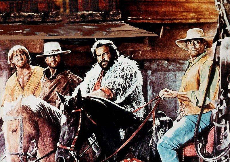 Cat Stevens (Terence Hill, 2.v.l.) und sein alter Freund Hutch Bessy (Bud Spencer, 2.v.r.) wollen zusammen mit Tom (Woody Strode) und Babydoll einer Bande von Spitzbuben das schmutzige Handwerk legen. – Bild: Nitro