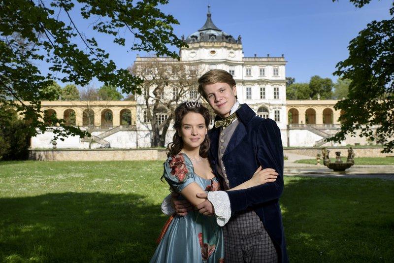L-R: Rézinka (Kristína Svarinská) und Ondra (Zdenek Piskula) – Bild: Disney Channel