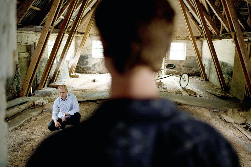 Emil (Mikkel Boe Følsgaard, re.) findet Frederik (Carsten Bjørnlund, li.) in der Scheune, in der sich ihr Vater damals das Leben genommen hatte. – Bild: arte