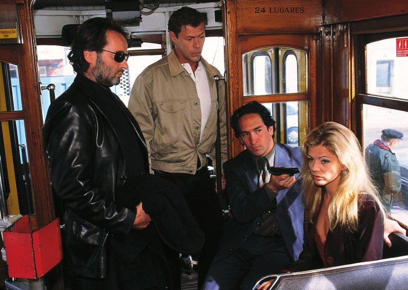 Max (Sven Martinek, 2.v.li.) ist zu dem vereinbarten Treffen mit Hartmann (Uwe Kockisch, li.) gekommen. Hartmann und Carlos (Jose Meireles) haben einen Vorteil: sie haben Claudia (Diana Frank) in ihrer Gewalt ... – Bild: RTL Nitro