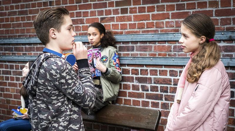 Marlon (Marek Winter, links) weiü offensichtlich, wie er Sofia (Matilda Hemminger, rechts) beeindrucken kann.... Lisha (Emma Roth, mitte) beobachtet die Szene.– Bild: NDR/Boris Laewen