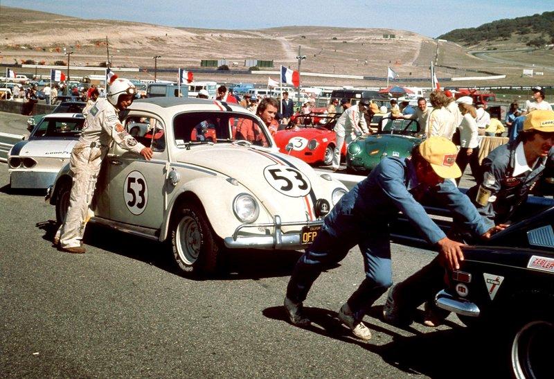 Jim (Dean Jones) und Wheely (Don Knotts) schieben Herbie zum Start der Rallye Monte Carlo. – Bild: Disney Channel