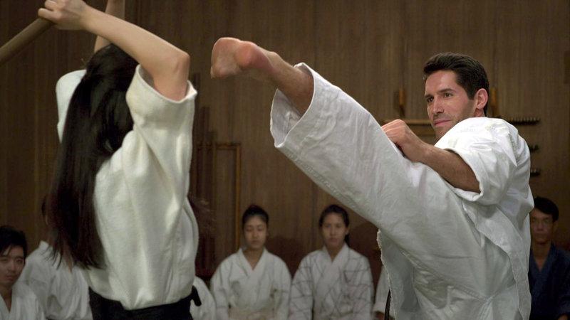 Casey Bowman (Scott Adkins, re.), ein ausgebildeter Ninja mit amerikanischen Wurzeln, lebt als Leiter der Kampfschule seines verstorbenen Meisters in Japan und sieht gerade Vaterfreuden mit dessen Tochter entgegen. – Bild: RTL Zwei