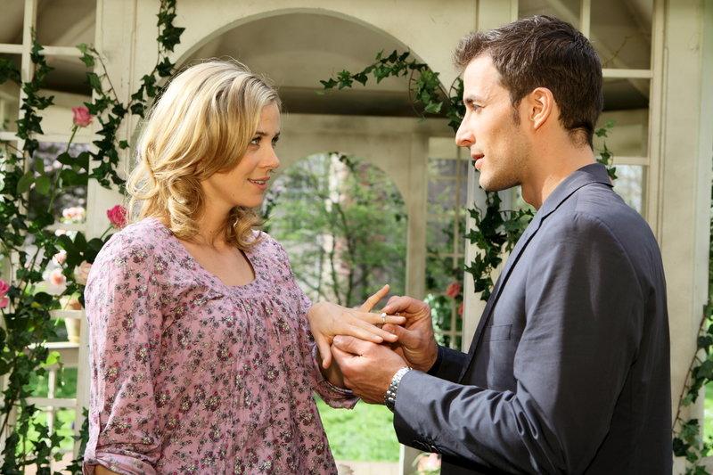 David (Max Alberti, r.) macht der überglücklichen Lena (Jessica Ginkel, l.) erneut einen Heiratsantrag ... – Bild: ZDF Lizenzbild frei