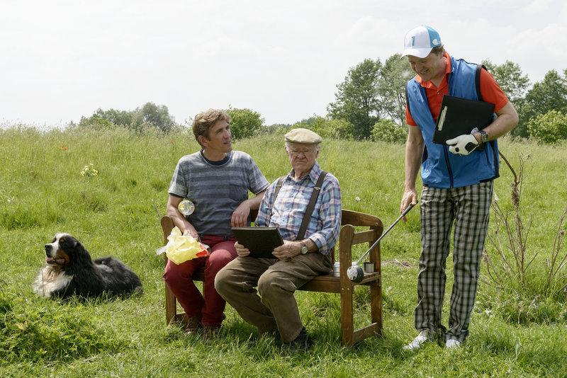 Fritz Fuchs (Guido Hammesfahr, l.) unterstützt den alten Bauern Auerbach (Carl Heinz Choynski, M.). Der Golfspieler Tremmel (Patrick von Blume, r.) möchte seine üppig blühende Wiese in einen Golfplatz umwandeln. – Bild: ZDF und Antje Dittmann