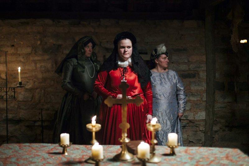 """""""Inquisition"""", """"Hexenjagd (4/4)."""" Im England des 17. Jahrhunderts kommt es zu zahlreichen Hexenjagden. Der berühmteste Hexenjäger ist Matthew Hopkins. Zu jener Zeit wird Hexerei als ein schreckliches Verbrechen angesehen. Da man glaubt, dass der Teufel nie gestehen würde, muss man das Geständnis von den beteiligten Menschen bekommen. Hopkins nutzt Techniken wie Schlafentzug, um Geständnisse zu erzwingen. Man macht auch sogenannte Wasserproben oder sucht nach einem Zeichen des Teufels.Der Begriff """"Inquisition"""" steht heute für eine der brutalsten Terrororganisationen der Geschichte. Mit ihrer Hilfe versetzten Kirche, Kaiser und Könige seit dem Hochmittelalter Europa in Angst und Schrecken. Die Reihe """"Inquisition"""" zeigt, wie und warum religiöse Fanatiker und Psychopathen im Namen des Christentums ungestraft und mancherorts jahrhundertelang massenhaft foltern und morden konnten. Es geht um Täter und Opfer, um gnadenlose Gerichtsverfahren und grausame Strafen - um Leben und Tod. SENDUNG: O – Bild: ZDFinfo"""