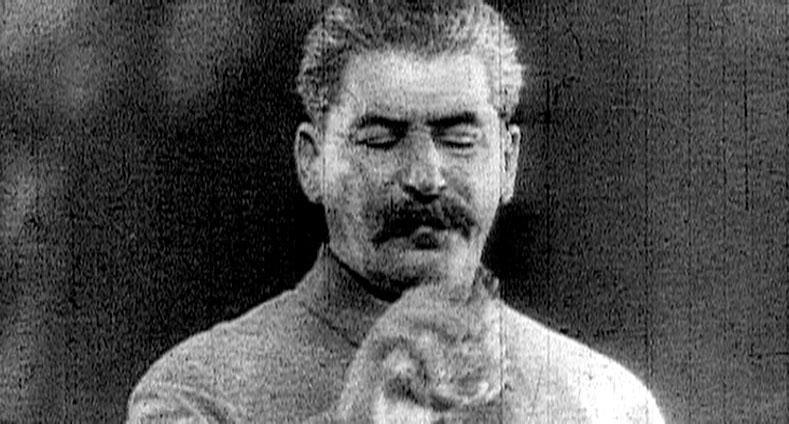 """Dokumente """"Tschetschenien - Der endlose Krieg"""". 1994 startete ein Krieg, der nicht zu beenden ist. Zura ist in Grozny aufgewachsen, lebt jetzt als Flüchtling im Moskauer Untergrund und erzählt aus einer sehr persönlichen Sicht, was nicht zu verstehen ist. Im Bild: Stalin. – Bild: ZDFinfo"""