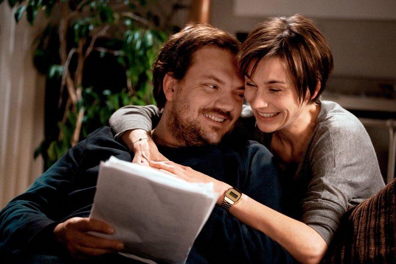 Christine (Christiane Paul) und Konrad (Charly Hübner) sehen erst mal kein Problem darin, dass sie wieder beide arbeiten werden. Sie sind glücklich miteinander, verstehen sich gut und dann kommt ja auch noch das neue Aupair-Mädchen. Das wird schon gutgehen … – Bild: SWR/Oliver Vaccaro