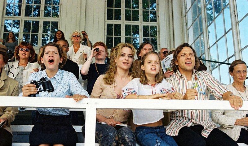Paula (Martina Gedeck, 2.v.l.), Fidel (Anja Sommavilla, 2.v.l.) und Lisa (Sidonie von Krosigk, 3.v.r.) haben gemeinsam mit Max (Richy Müller, 2.v.r.) Spaß am Pferderennen. – Bild: Sat.1 Eigenproduktionsbild frei