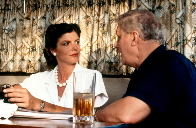 Katharine Ross as Laurel Scott and Charles Durning as Senator Samuel Chapman – Bild: A Bryna Company Production