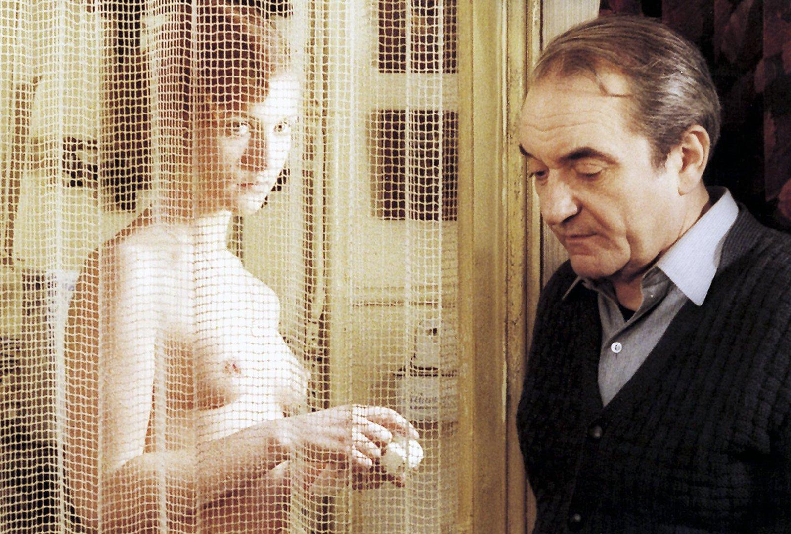 Violette (Isabelle Huppert) sind die kleinbürgerlichen Ansichten ihres Vaters Baptiste (Jean Carmet) zuwider. – Bild: ARTE F/© René Chateau